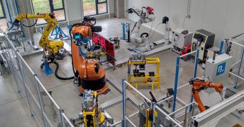 Digitální dvojče výrobní linky s průmyslovými roboty šetří čas